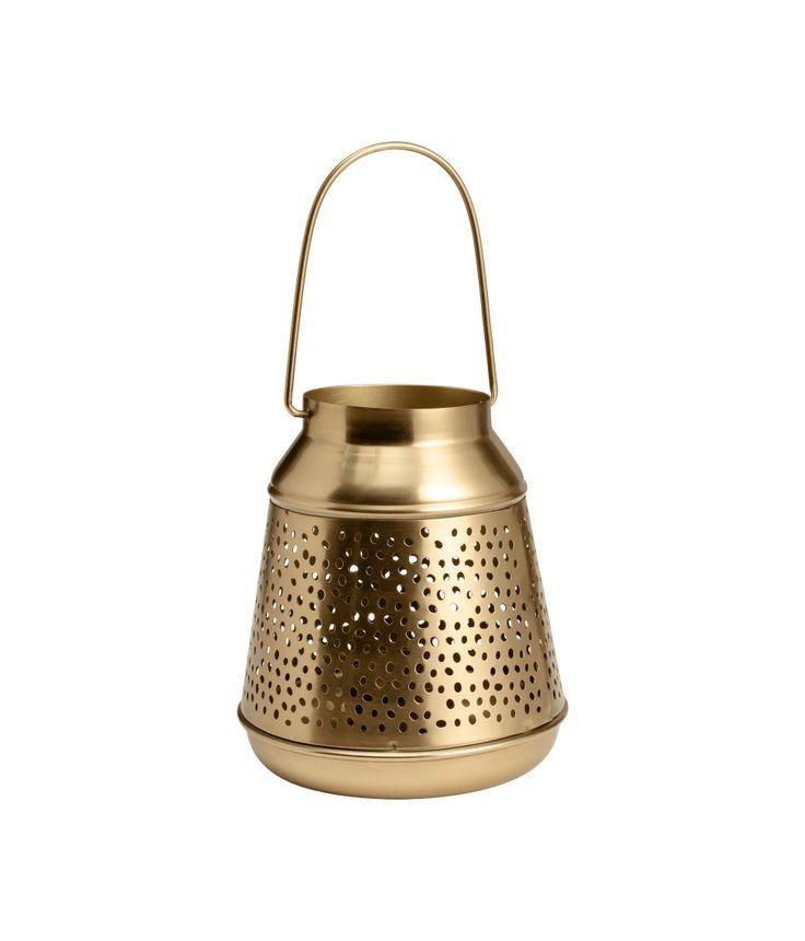 Katso! Metallinen kynttilälyhty, josta valo siivilöityy reikäkuvion läpi. Kantokahva päällä ja irrotettava kynttilänalusta pohjassa. Halkaisija alhaalla 13 cm, korkeus 15 cm.   – Käy hm.comissa katsomassa lisää.