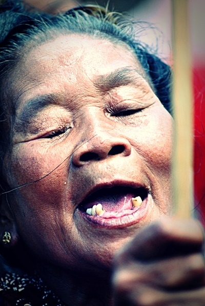 Nenek setua ini masih berebut gunungan di grebegan Kraton Jogja