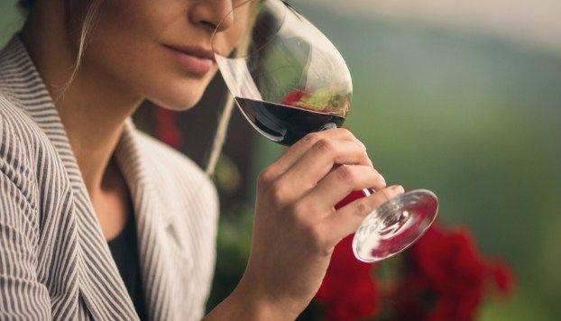 88f4125d7 Como segurar a taça de vinho