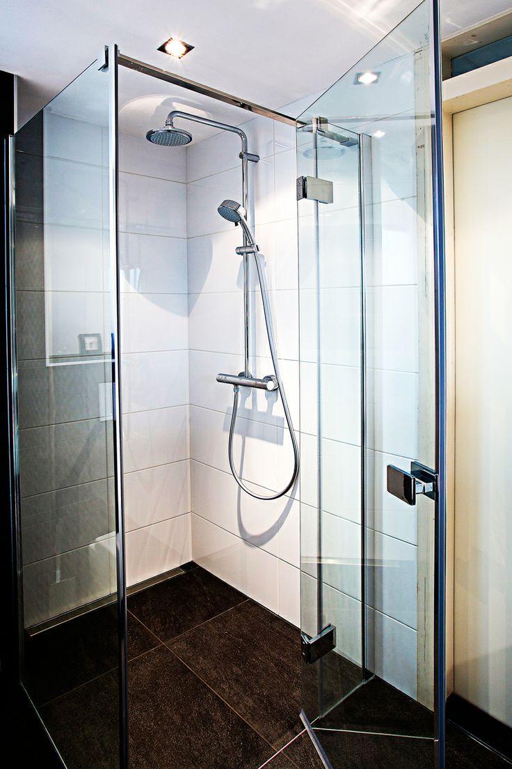 Deze modern ingerichte badkamer voldoet aan alle eisen. Een ruime douchecabine voor als u weinig tijd heeft en een modern ligbad om heerlijk in weg te dromen.
