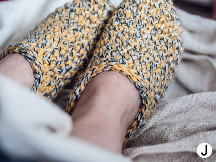 DIY spring coloured crochet slippers  DIY keväiset virkatut tossut  lisää kuvia ja kotivinkin ohjeen koordinaatit blogissa -> http://diyjenny.blogspot.fi/2015/04/varpaille-lammiketta.html