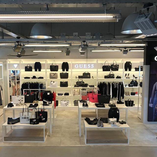 #Herman is vandaag open! Check een heleboel nieuwe collectie #Guess #tassen #kleding #mode #GuessJeans #HermanSchoenen #DenHaag #instafashion