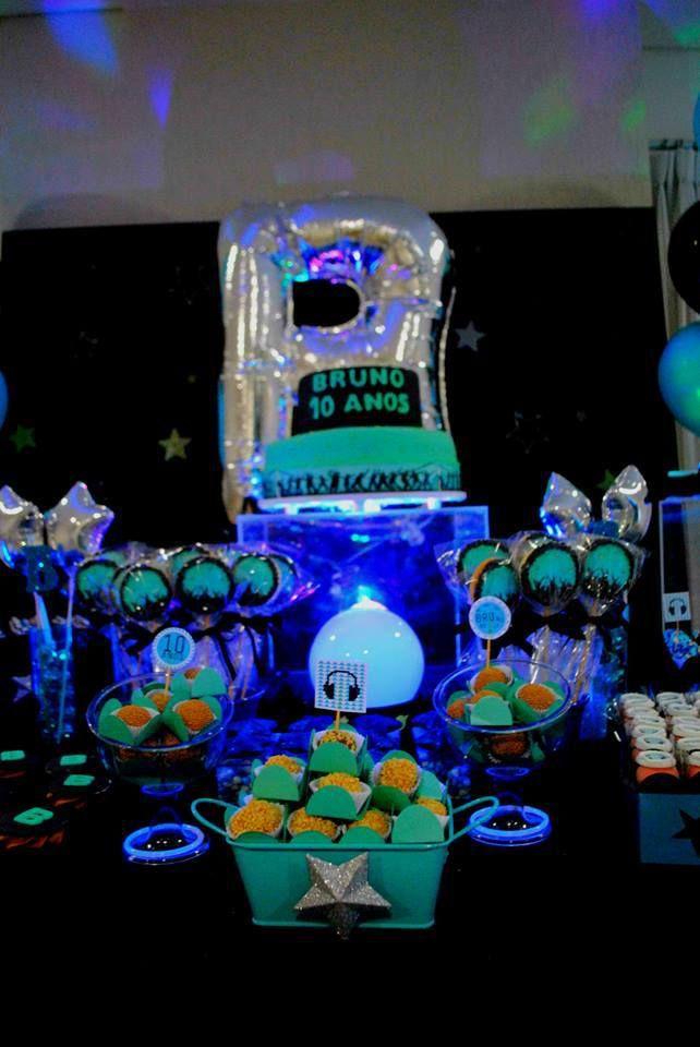 Aniversário para crianças grandes ou para jovens adultos não precisa ser sem graça: fizemos uma decoração toda em azul e preto para a comemoração de dez anos do Bruno.