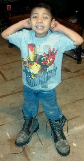 El chico lleva las botas grandes. Esas botas son muy imformal. Esas botas no cuesta mucho, pero están muy sucio y no nueves. Esas botas son muy buena para caminan en las montanas. Esas botas son muy grandes.