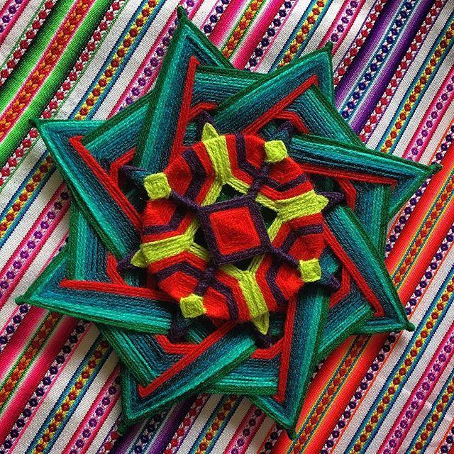 Voltando às lãs ☺️ #weavingmandalas #mandalas #mandala #mandalahuichol #huichol #huicholes #artesania #handmade #arte #art #mandalasemfios #mandalaart #mandalaembroidery #namaste #gratitude #gratidao #ioga #yoga #color #colorlovers #mandalalovers #artenasuacasa #boho #bohostyle #boholovers