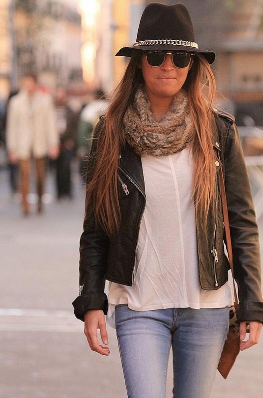 La chaqueta de cuero motera de cuero negro y el top de color crema son ambos de Zara.