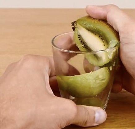 Une façon miracle d'éplucher un kiwi, une mangue et un avocat! WOW! #kiwi #mangue #avocat #éplucher #trucs #astuces #cuisine #fruits