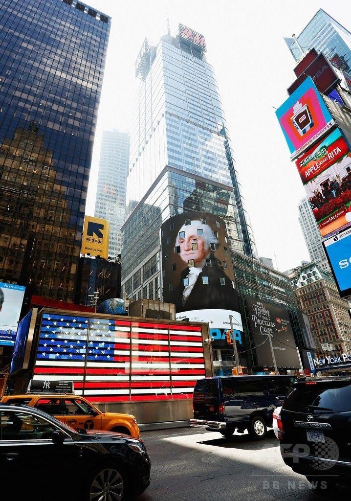 米ニューヨーク(New York)にあるナスダック(NASDAQ)ビルの電光掲示板に表示される、ギルバート・スチュアート(Gilbert Stuart)の作品「ジョージ・ワシントン(George Washington)」(2014年8月4日撮影)。(c)AFP/Getty Images/Cindy Ord ▼6Aug2014AFP|NYの街を彩る著名アート作品、全米規模のプロジェクトで http://www.afpbb.com/articles/-/3022377 #New_York #George_Washington_Gilbert_Stuart