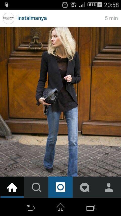 Blazer negra,  camisa negra y pantalón de campana