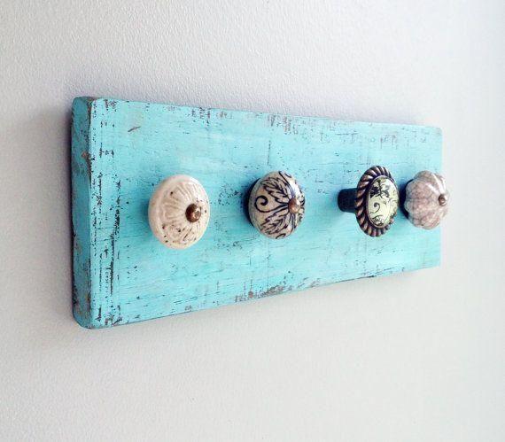 Cómo hacer un perchero con pomos. Os dejamos una idea genial para hacer vuestros propios percheros con ayuda de pomos