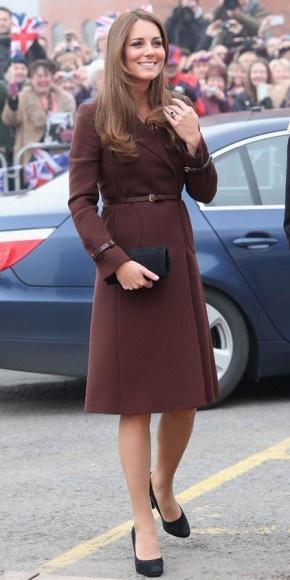 KATE MIDDLETON    Muy sonriente vimos a la futura mamá durante su visita oficial al Centro del Patrimonio Nacional de la Pesca, en Grimsby, Inglaterra. Su pancita no es aún muy visible, así que escogió un look básico y muy fiel a su estilo sobrido, con un abrigo marrón de la marca Hobbs con cinturón fino y zapatos en gamuza color negro de Emmy Shoes.
