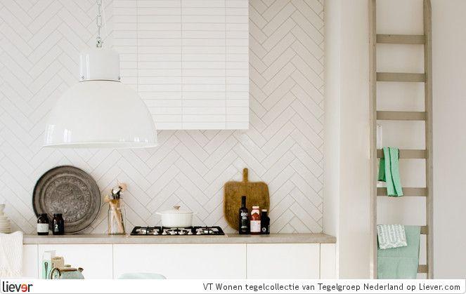 Tegelgroep Nederland VT wonen – serie Mediterranea –  Calpe Blanco (muurtegels) en Demia Blanco (ombouw afzuigkap) - Tegelgroep Nederland tegelvloeren