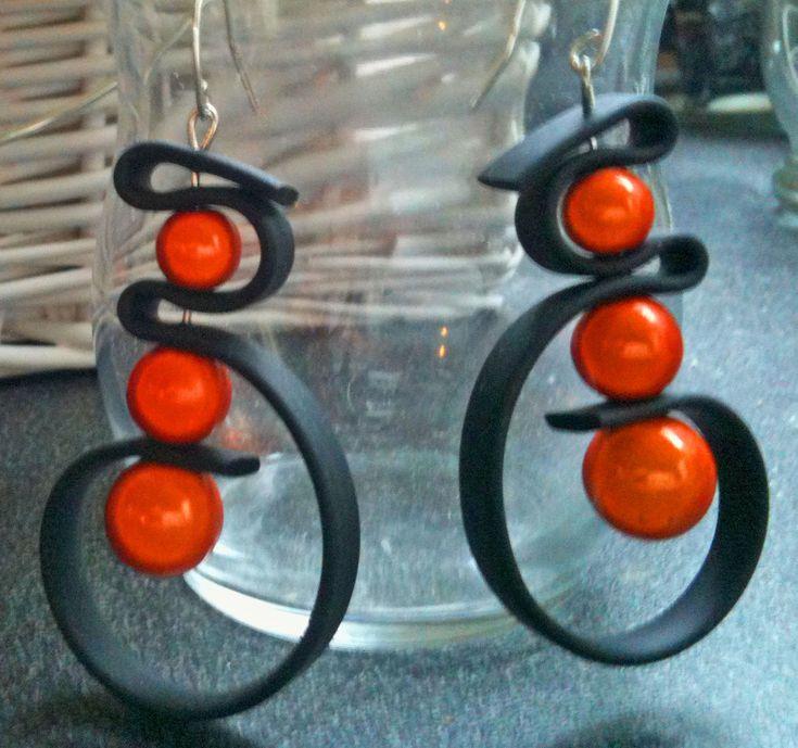 boucles d'oreilles bande PVC noire perles magiques orange.