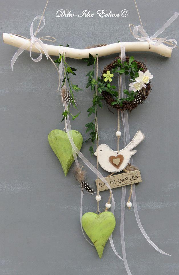 Fensterdeko ♥ ... Herz, Kränzlein, Grün, Vögelchen und Bänder ... ♥ ♥ ... Unikat - geliefert wird abgebildeter Artikel ... ♥ **Breite: 30cm, Herz: 10x7cm, längste Länge ab Ast:...
