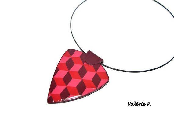 Collar colgante arcilla del polímero, triangular, con gráficos 3D. El sol: aproximadamente 60 x 75 mm Acabado: barniz Montados sobre cable flexible cuello, negro joyas únicas hechas por mí. Envía protegido en un sobre de burbuja Envoltura de regalos