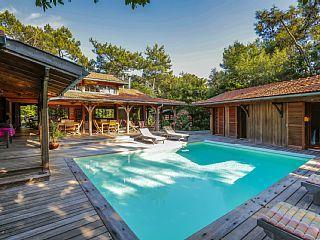 Réservez votre maison de vacances à Le Cap Ferret, comprenant 5 chambres pour 10 personnes. Votre location de vacances à Bassin d'Arcachon sur Homelidays.