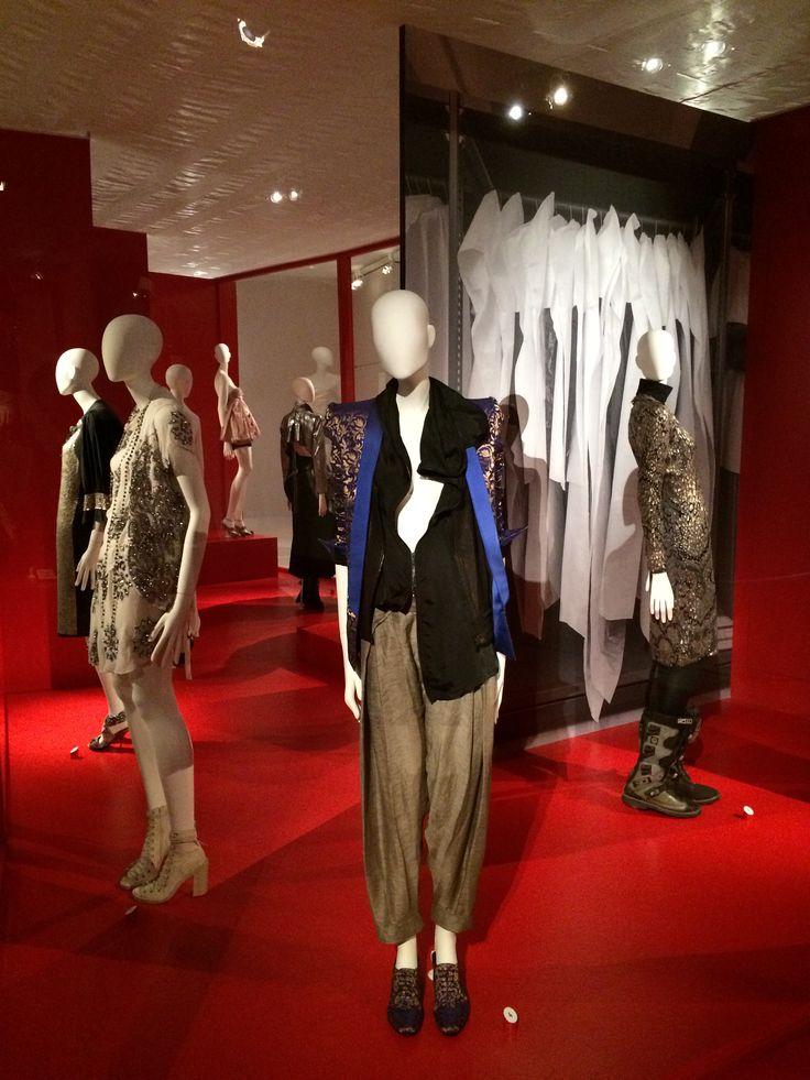 ModeMuseum Antwerpen - MOMU NU. Hedendaagse Mode uit de MoMu collectie 25.09.2014 > 04.01.2015 Haider Ackermann