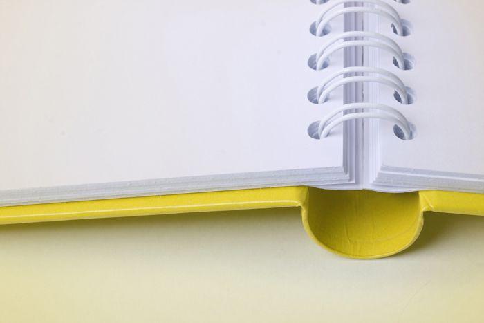 HARDCOVER WIRE-O  Opvallende bindwijze waarbij de inhoud van het boek wordt voorzien van een wire-o binding. Het geheel wordt gelijmd in een hardcover omslag. De inhoudsbladen scharnieren gemakkelijk om de spiraal waardoor het boek ook mooi vlak opent. Ideaal voor catalogi, lesboeken, muziekboeken, agenda's enz.