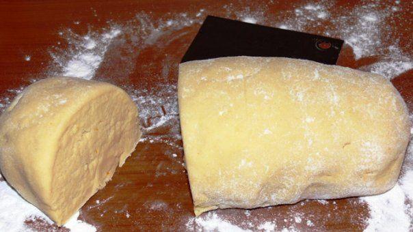 Lista de ingrediente: 250 g unt 400 g faina 1 ou 3 linguri smantana 1 lingura otet sare Cum se prepara: Punem faina cernuta pe planseta iar untul se faramiteaza cu faina. Adaugam oul, smantana, otetul si sare. Framantam bine … Continuă citirea →