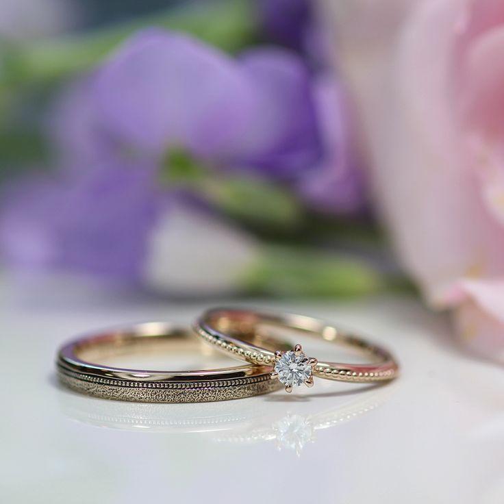 ピンクゴールドのマリッジリングはレディースにダイヤモンドをプラス、メンズは荒々しくテクスチャーを入れました