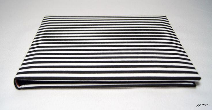Album do wklejania zdjęć.  Album posiada 30 czarnych stron (15 kart) o wymiarach 24x18 cm. Okładkę zdobi tkanina w czarno-białe, klasyczne paseczki.  Album ten, to doskonały pomysł na prezent,...