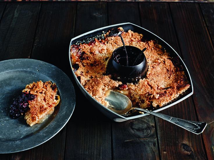 50g geschmolzene Butter, 75ml Mehl, 100ml Zucker, 125ml Hafer, 75ml gemahlene Mandeln mit 1TL Zimt mischen. 4 Äpfel in Stücke schneiden und in 1TL Zucker wenden. Geflügelhalter einfetten, Äpfel darin verteilen, Teig über den Äpfeln ausbreiten und festdrücken. 75g Beeren waschen, mit 1TL Zucker und mit Mark einer Vanilleschote mischen. Grill auf 185° vorheizen, Kuchen 25min mit geschlossenem Deckel grillen. Kompott in Schüssel in der Mitte des Geflügelhalters gießen und alles 15min…