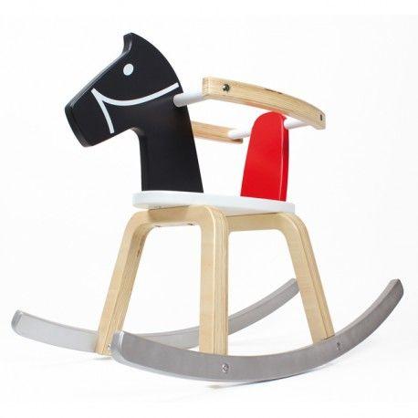 Cheval à bascule en bois massif. Avec arceaux de sécurité amovibles permettant de s'adapter à l'âge de l'enfant. Matériau de qualité solide et durable promettant de belles et longues chevauchées.