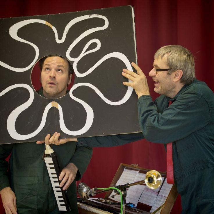CECI N'EST PAS UN LIVRE_Ceci n'est pas un livre is een muzikaal en grafisch figurentheater vol gekke gedachtesprongen, onverwachte grapjes en kleine valkuilen. Geïnspireerd door de veelgeprezen interactieve boeken en tekeningen van Hervé Tullet en door het werk van Magritte en Tati.