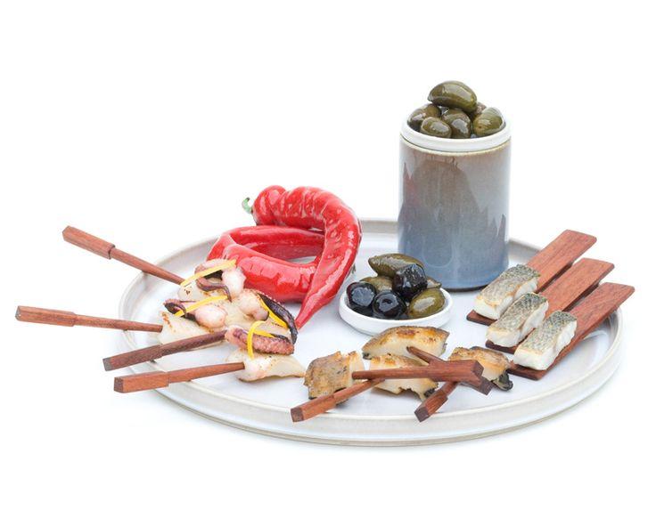 """Assiette plate à utiliser comme une assiette classique ou à combiner avec d'autres éléments du service """"cylindres"""". Elle sert de couvercle aux grands saladiers, et fonctionne comme un plateau pour disposer les plus petites pièces."""