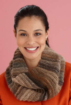 Fast and Easy Cowl, free crochet pattern, do in Amazing, color Arcadia, by Lion Yarns.