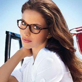 Estas lentes de Versace son perfectas para las mujeres con el pelo castaño.  #lentes #Versace #vista #gafas #mujer #estilo #castañas