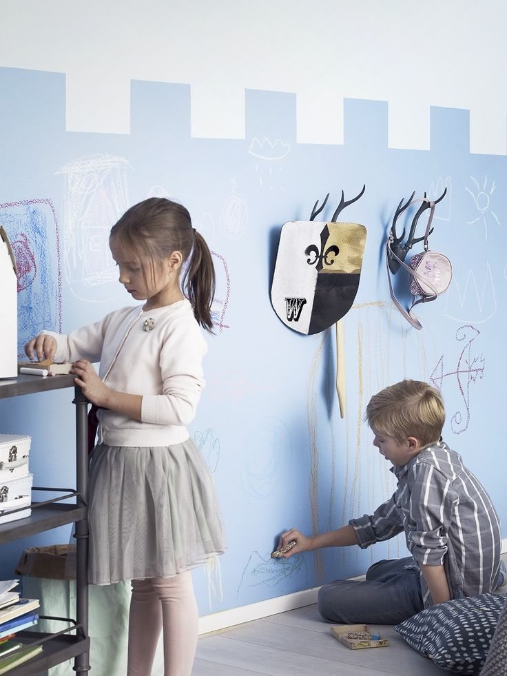 Prinssi ja puoli valtakuntaa. Linnanmuuri syntyy Liitu-maalilla ja A4-paperiarkkia apuna käyttäen. Paint a kingdom in your kids room for your prince and a princess.