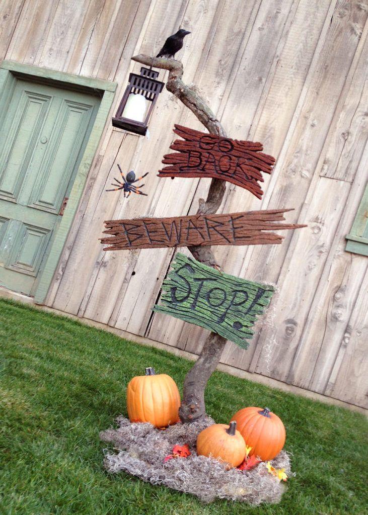 Предупреждающие знаки с пауками, тыквами и черным вороном. .