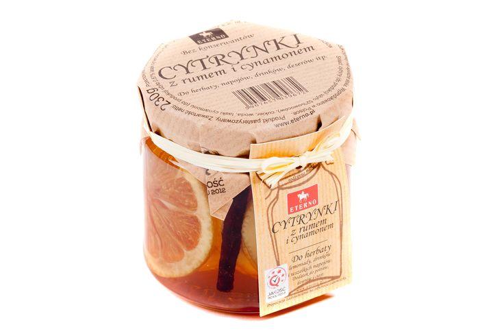 Cytrynki z Cynamonem. Idealnie równe i soczyste plastry cytryny w połączeniu z cynamonowym syropem idealnie nadaje się do sporządzenia aromatycznej herbaty, świetne do przyrządzania grzańców.  Do sporządzenia tego przysmaku użyliśmy naturalnej, najprawdziwszej kory cynamonowca, żadnych przypraw w proszku, a to gwarantuje zachwycający aromat i smak.