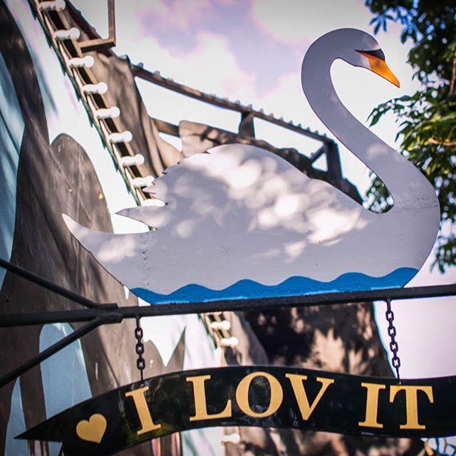 Velkommen til Tivoli. Den fortryllende have som byder på alt fra forlystelser, restauranter, teaterforestillinger og koncerter.