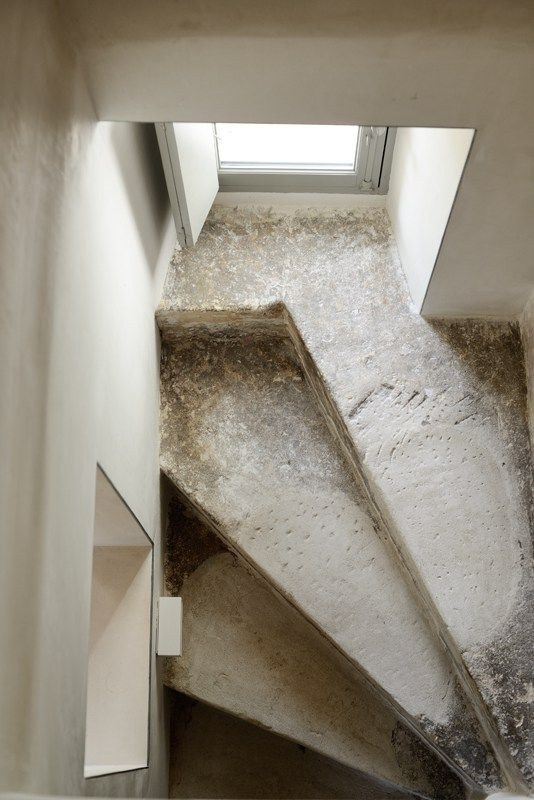 Escalier. Marches en pierre. Minimaliste.  Maison de vacances dans le sud de la France. lslarchitects.com Photos: Katrin Vierkant http://www.4kant.de house refurbishment and extension of a derelict farm house with adjoining gardens, dating from the 18th century. feasibility studies, concept development and design implementation '10 –…
