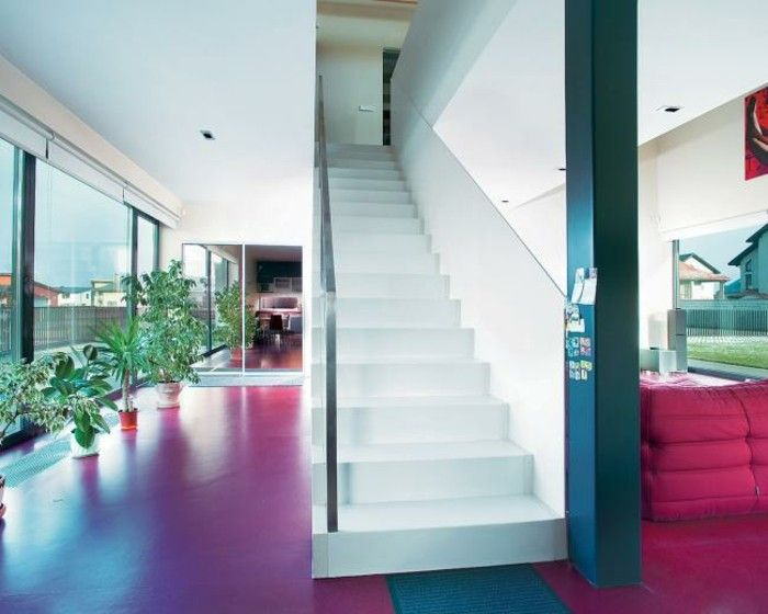 suelo rojo y escalera blanca en la casa moderna