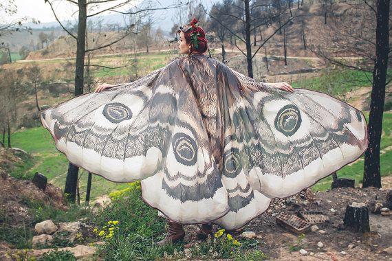 Esta preciosa capa está confeccionada en algodón estampado.  Inspira en una polilla  También tienen alambre dentro de la parte delantera del ala,