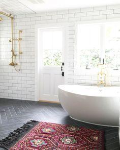 Traumbad mit Boho-Touch! #freistehende #Badewanne #Badezimmer #goldene #Armaturen #Teppich #Wohnen #Einrichten #Zuhause #calmwaters #Home #decor #living #bathroom #boho #boheme