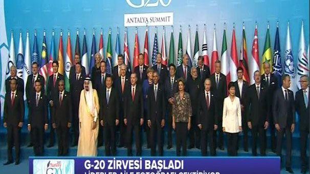 15.11.2015 - 13:23  Erdoğan, tek tek karşıladı, aile fotoğrafı çekildi. Cumhurbaşkanı Erdoğan G20 Zirvesi törenleri çerçevesinde zirveye katılanları tek tek karşıladı. Liderler daha sonra aile fotoğrafı çektirdi.  Fotoğrafta ABD Başkanı Barack Obama, Cumhurbaşkanı Erdoğan'ın solunda yer alırken, Japon Başbakanı Shinzo Abe sağında yer aldı.   Erdoğan, tek tek karşıladı, aile fotoğrafı çekildi. -