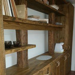 Dřevěná stěna ze starých trámů a smrkových fošen