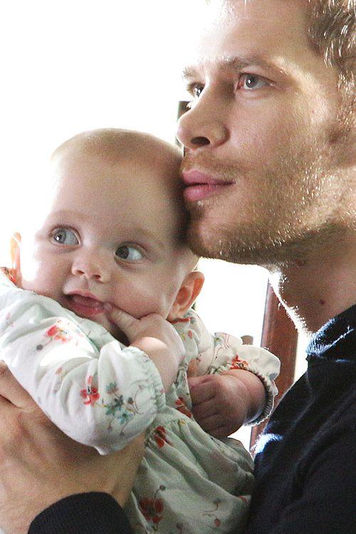 "The Originals – TV Série - Niklaus ""Klaus"" Mikaelson (Joseph Morgan) - baby Hope Mikaelson - daughter (filha) - father (pai) - dad (papai) - Klaus and Hope"