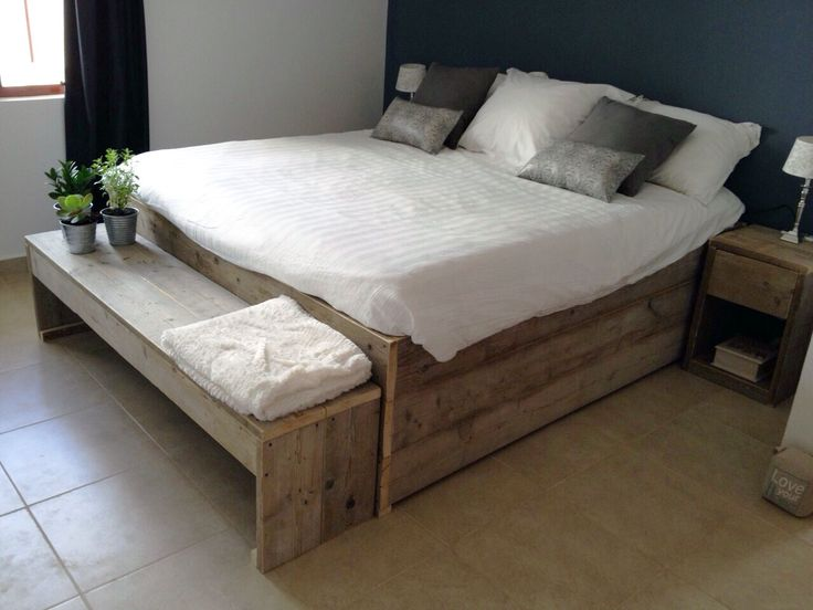 Houten Paletten Bed : Pallet bed maken. amazing i began building it when chris was in