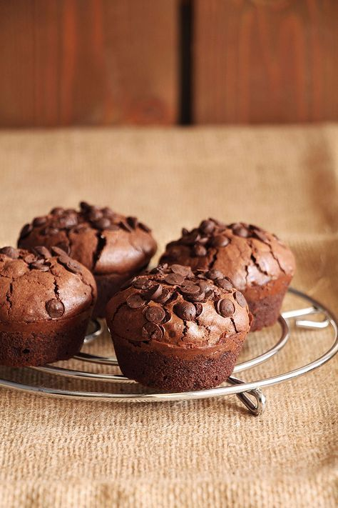 Τα brownie μάφινς που σας προτείνω, έχουν ωραία ζουμερή υφή, βαθιά σοκολατένια γεύση, έντονο άρωμα που ξεσηκώνει και διατηρούν άψογα το σχήμα τους.