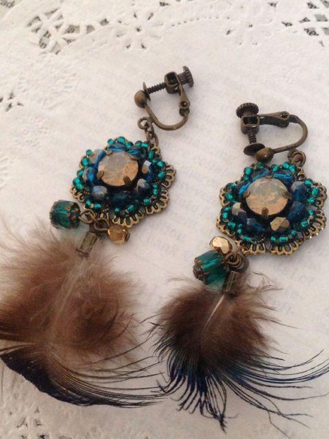 トップに孔雀の羽根をあしらった、キラキラと華やかな輝きを持ったイヤリングです。バカンスをイメージして制作したイヤリングですので、お出かけの際の主役のアクセサリ...|ハンドメイド、手作り、手仕事品の通販・販売・購入ならCreema。