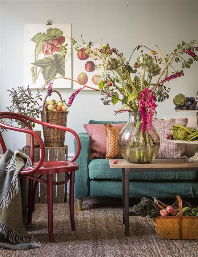 Härlig vardagrum inspirerat av höstens skördefest! Bladgrönt, pumpaorange och rödlöksrött. Soffa Karlstad, 2 495 kronor, Ikea. Grön soffklädsel Ivy från Designers guild, 4 899 kronor, Bemz.