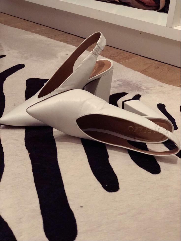 Sapato Scarpin branco com decote em V da Arezzo   – Shoes and all