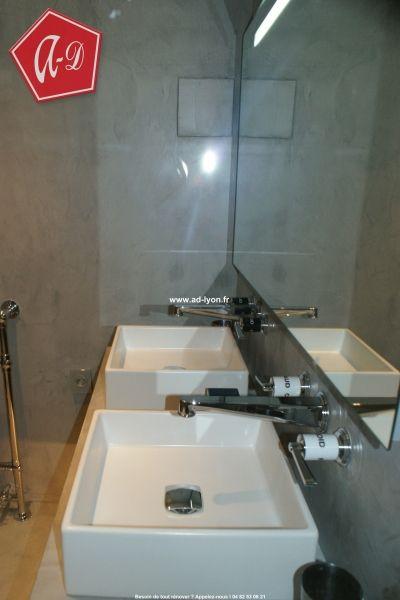 Une douche italienne entièrement en béton ciré sur tous murs