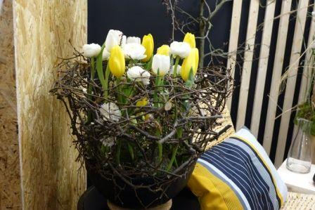 """Dieses liebevolle Arrangement aus typischen Frühlingsblühern im Trendthema """"Harmonise"""" zaubern Frühlingsgefühle herbei."""