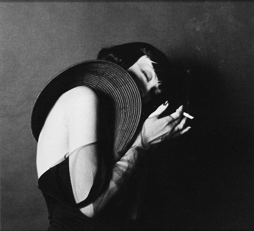 Kiki de Montparnasse photographed by Man Ray.     movement. space.